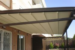 Pérgola de color marrón modelo Kairos